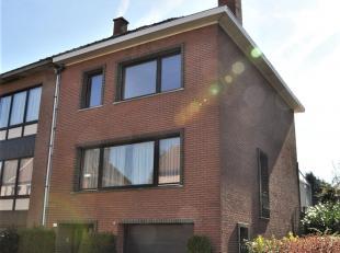 Knappe bel-étage 3-gevel in rustige wijk Jagersdal. Centraal gelegen en uitgerust met alle nodige comfort. Op gkv een inkomhal, garage, wijnkel
