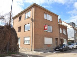 Appartement au 1ier étage au centre de Ruisbroek, à seulement quelques minutes de la gare avec un hall d'entrée, un salon, une sa