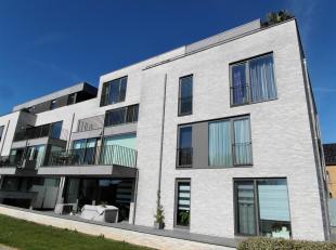 Modern en luxueus appartement bestaande uit een inkomhall, living met open keuken, zonneterras met zicht op de tuin, 2 slaapkamers, berging, WC en bad