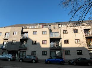Moderne dakappartement nabij het centrum van Halle. Recente constructie met living in parket, open keuken met kookplaat, wasbak, kleine vaatwasmachine