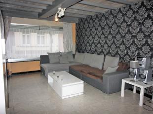 Woning met heel veel potentieel! Ze bestaat uit een lichtrijke leefruimte, ingerichte keuken, badkamer, wasplaats, kelder, een tuin met uitweg, 2 gara