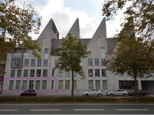 Dit ruime appartement (bew. opp. 98m²) is gelegen aan de stadsrand. In de directe omgeving vinden we handelszaken, recreatiemogelijkheden, restau