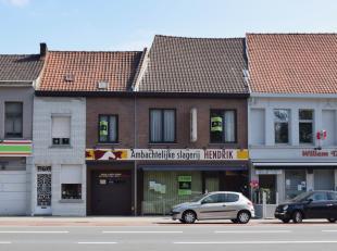 Op centrale ligging, recht tegenover het Astridpark, bieden wij u dit handelspand met bijzonder ruime woning aan.Dit eigendom beschikt over een handel