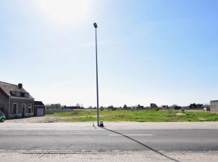 Te Roesbrugge (deelgemeente van Poperinge), een landelijk dorpje vlakbij de ijzer bieden wij u dit ruim perceel aan.<br /> <br /> Dit lot van maar lie