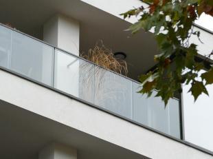 Appartement op het 4de verdiep  82m² - Hsp 2m50<br /> Hal = 7.5m²<br /> Woonkamer 20.5m² (parket) + Amerikaanse keuken 7.8 = 28.3m&sup2