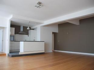 Volledig hernieuwd 40m² lichtvolle apartementTussen Yserplaats and Sint CatelijneTopverdieping van een mixgebruik gebouw Ruime staanplaats, open