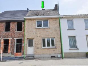 Op te frissen woning met 2 slaapkamers en tuintje in centrum Gooik. De woning omvat op de gelijkvloerse verdieping: living, eetkamer, te installeren k