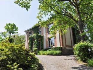 Villa magnifique sur un terrain de 34a75ca à Linkebeek. La maison dispose au rez-de-chaussée de: hall d'entrée, 2 bureaux (22m&su