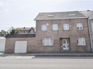 Ruime instapklare woning met 7 slaapkamers & groot terras te Dworp. De woning omvat op de gelijkvloerse verdieping: inkomhal met ingebouwde kasten