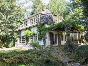 Te renoveren vrijstaande woning met 2 slaapkamers, garage & grote tuin op terrein 25a 90ca, gelegen in een rustige omgeving te Buizingen. De wonin
