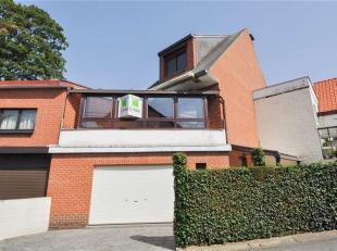 Maison, style bel-étage, avec 2 chambres, garage & petit jardin dans un endroit calme à Linkebeek. La maison comprend au rez-de-chau