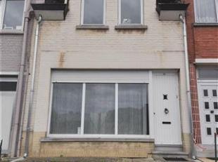 Woning met 2 slaapkamers & tuin te Dworp. De woning omvat op de gelijkvloerse verdieping: inkomhal, living (16m²), eetkamer (21m²), inge