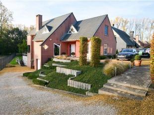 Spacieuse maison à 4 façades en parfait état avec 4 chambres sur un grand terrain de 12 a 04 ca à Grammont. La propri&eacu