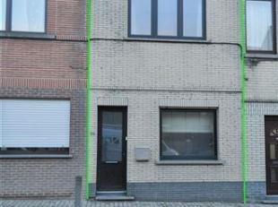 Woning met 3 slaapkamers, terras en tuin te Buizingen. De woning omvat op de gelijkvloerse verdieping: living/eetkamer (28m²), keuken met eethoek