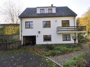 Prachtige villa met 2 livings, 3 slaapkamers, prachtige veranda met uitzicht op de tuin gelegen te Dworp . De villa omvat op het tuinniveau: Garage, b