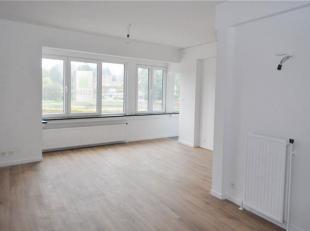 Gerenoveerd appartement op de tweede verdieping met 2 slaapkamers en terras gelegen te Halle (Essenbeek). Omvattende: inkomhal, living (32m²), ke