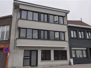 Gerenoveerd appartement op de eerste verdieping met 2 slaapkamers en terras gelegen te Halle (Essenbeek). Omvattende: inkomhal, living (32m²), ke