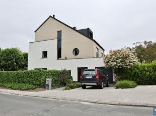 Située à proximité du Parc Jourain et du centre sportif de Kraainem, magnifique villa 3 façades construite en 2005. Elle s