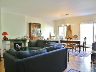 Non loin de Stockel, appartement de +/- 120 m² habitables se composant :<br /> Hall d'entrée avec WC et lave-main<br /> Séjour de +