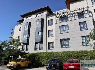 Dans un clos résidentiel en bordure du parc de la Woluwe, magnifique appartement de +/- 100 m² habitables se composant :<br /> - Hall d'en