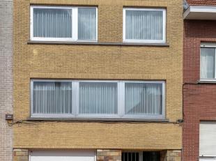 Verzorgde bel-étage (1963) op 1a53ca met mooie stadstuin, 4 slaapkamers, garage voor 1 wagen met automatische poort en parkeerplaats voor de po