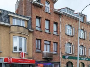 Centraal gelegen opbrengsteigendom bestaande uit een commercieel gelijkvloers en drie appartementen. Dit gebouw is goed gelegen nabij winkels, openbaa