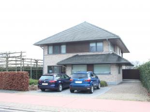 Ruime villa met 4 slaapkamers gelegen nabij centrum Ternat.<br /> Deze woning omvat op de gelijkvloerse verdieping een ruime inkomhal met apart toilet