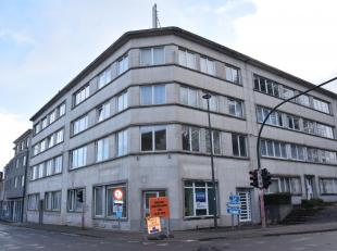 Commercieel gelijkvloers of kantoorruimte 94m². Centraal gelegen nabij openbaar vervoer, met veel visibiliteit.<br /> Inkomhal, verschillende kan