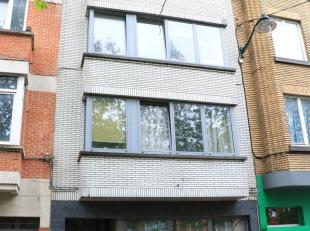 Vernieuwd appartement met twee slaapkamers.<br /> Derde verdieping zonder lift.<br /> Dit recent vernieuwd appartement (61m²) bestaat uit een sla