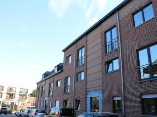 Boek uw afspraak via www.pajota.be!<br /> Ruim duplexappartement in hartje Sint-Pieters-Leeuw.<br /> Tweede verdieping, bereikbaar per lift.<br /> Rec