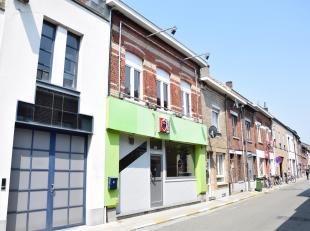 Op te frissen handelspand met handelsgelijkvloers en ruim duplex appartement<br /> (nabij station en centrum Ninove)<br /> Bestaande uit:<br /> Handel