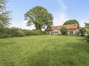Deze landelijke woning heeft alles wat men van een villa op deze locatie verwacht: op het gelijkvloers komt men binnen via de ruime hal die aan de ene