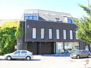 Ruim modern duplexappartement 91m² te centrum Groot-Bijgaarden. 2e en 3e verdieping - geen lift.Inkomhal met vestiaire en wc, living, geïnst
