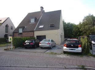 Instapklare woning met op het gelijkvloers een inkomhal, woonkamer, ingerichte keuken, bering wc, tuin en terras en garage.<br /> Op de 1ste verdiepin