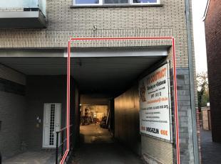 Ruim magazijn te huur in de Kanaalstraat 8c te Ham vlakbij de E313. De hal heeft een oppervlakte van 392m². De elektriciteit is er pas vernieuwd