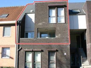 Dit gezellige duplex appartement bevindt zich op de Turnhoutsebaan 119 te Mol. Deze is ideaal gelegen vlakbij het centrum van Mol, winkels, het treins