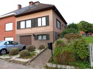 VALIMMAS verkoopt deze goed onderhouden driegevelwoning met garage en tuin. Het gelijkvloers (straatniveau) omvat een garage, wasplaats en berging, pr