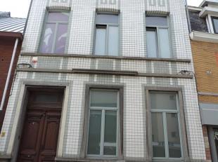 VALIMMAS verkoopt deze ruime en standingvolle herenwoning in het centrum. Het gelijkvloers omvat een inkomhall, een living (±43m²), een in
