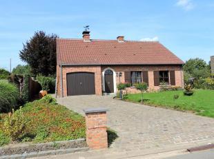VALIMMAS verkoopt deze degelijke en verzorgde landelijke villa in fermettestijl met garage en mooi aangelegde tuin op ± 13 are. Het gelijkvloer
