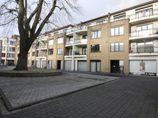 Dit appartement is gelegen op een heel rustig plein in het centrum van de stad Eeklo. <br /> <br /> Het bestaat uit een ruime living en een lichtrijke