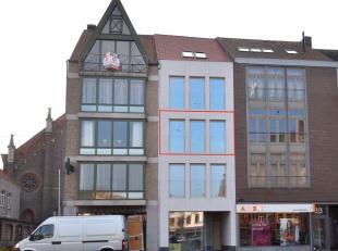 Dit centraal gelegen nieuwbouwappartement biedt alle hedendaagse comfort. Voorzien van een leefruimte met een uniek uitzicht over de Markt van Eeklo,