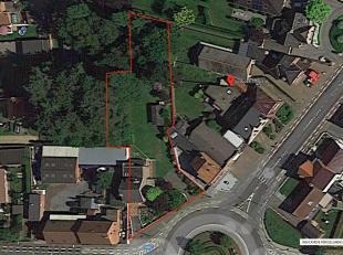 Het 1498 vierkante meter grote terrein is voorzien van een hoofdgebouw, meerdere bijgebouwen, een oprit, twee garages en een tuin. <br /> <br /> Op he