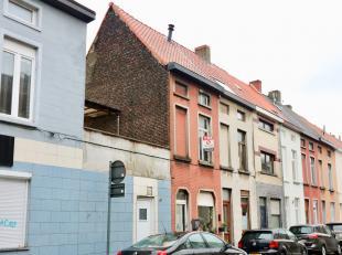 De woning is gelegen binnen de Gentse stadsring en is heel gemakkelijk bereikbaar met het openbaar vervoer of via de binnenring R40. <br /> In de omge