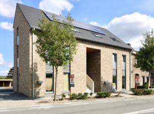 Dit nieuwbouw duplex-appartement met uniek architecturaal concept is voorzien van groot zuidelijk terras aan de ruime leefruimte. Vooraan het gebouw i