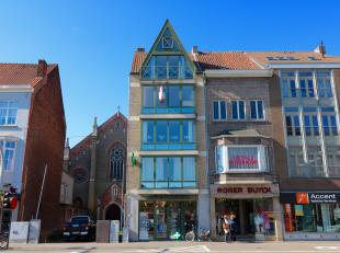 Dit perfect onderhouden en kwalitatief afgewerkt appartement is gelegen op de beste ligging van Eeklo met een onbetaalbaar zicht over de Markt, de Sta