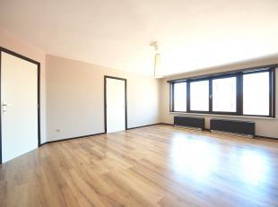 Instapklaar en enorm energiezuinig appartement aan het centrum van Eeklo en direct aan de bakker, beenhouwer en Colruyt.<br /> <br /> Het appartement