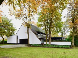 Deze tijdloze luxueuse villa (eigen woning van toparchitect Gilbert Maene) is gelegen in een residentiële buurt in Sint-Kruis Brugge. <br /> In d
