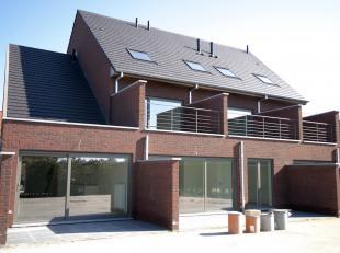 Nieuw en instapklaar duplex-appartement met ruim zonne-terras en carport in het hartje van Oosteeklo, gelegen in een stijlvolle, alleenstaande residen