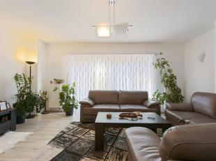 Gerenoveerdruim appartement:Dit energiezuinig appartement is volledig gerenoveerd. Het appartement op de eerste verdieping ligt in een kleinschalig ge
