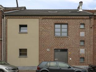 Deze instapklare woning werd in 2004 volledig verbouwd en bestaat uit 3 verhuurde appartementen. Op het gelijkvloers bevindt zich een ruim appartement